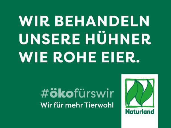 """Schild Naturland Haltungskampagne """"Wir behandeln unsere Hühner wie rohe Eier"""""""