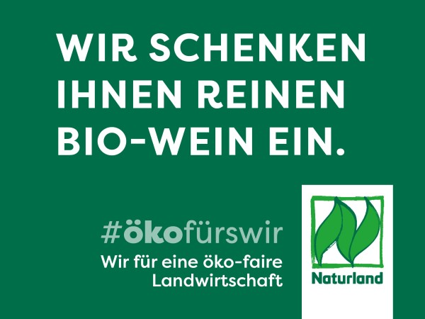 """Schild Naturland Haltungskampagne """"Wir schenken Ihnen reinen Bio-Wein ein"""""""