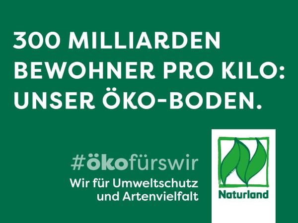 """Schild Naturland Haltungskampagne """"300 Milliarden Bewohner je Kilo: Unser Öko-Boden"""""""