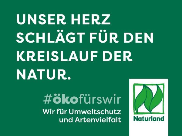 """Schild Naturland Haltungskampagne """"Unser Herz schlägt für den Kreislauf der Natur"""""""